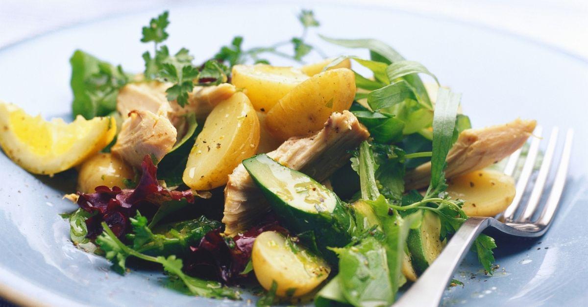 bunter salat mit r uchermakrele und kartoffeln rezept eat smarter. Black Bedroom Furniture Sets. Home Design Ideas