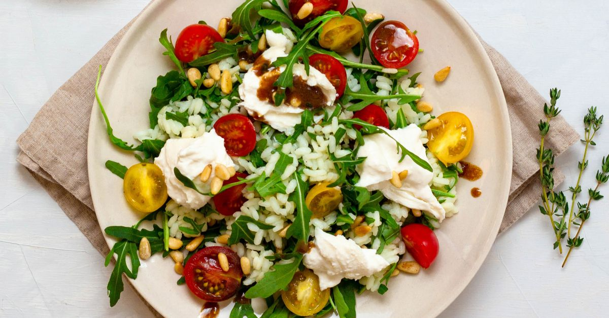 Burrata auf Risotto-Rucola-Salat mit Balsam-Senf-D