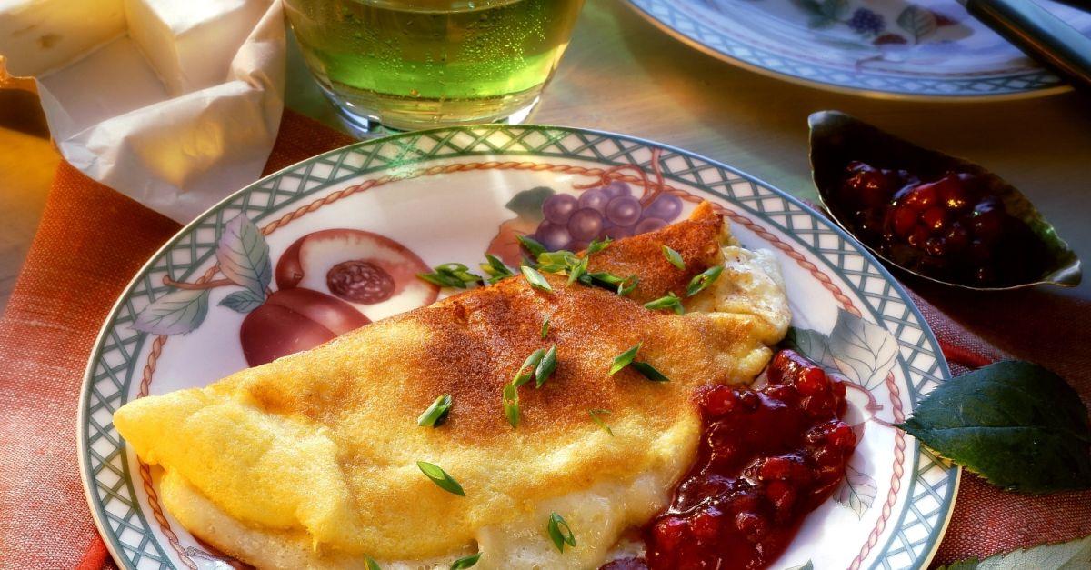 camembert omelett mit preiselbeeren rezept eat smarter. Black Bedroom Furniture Sets. Home Design Ideas