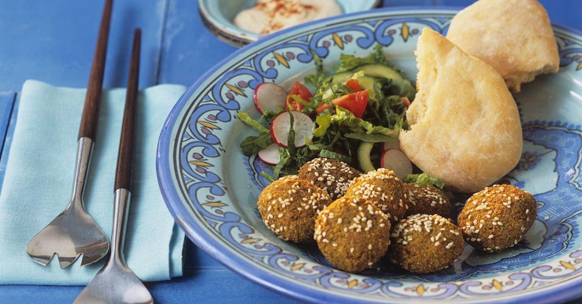 falafel mit sesam dazu salat und fladenbrot rezept eat smarter. Black Bedroom Furniture Sets. Home Design Ideas