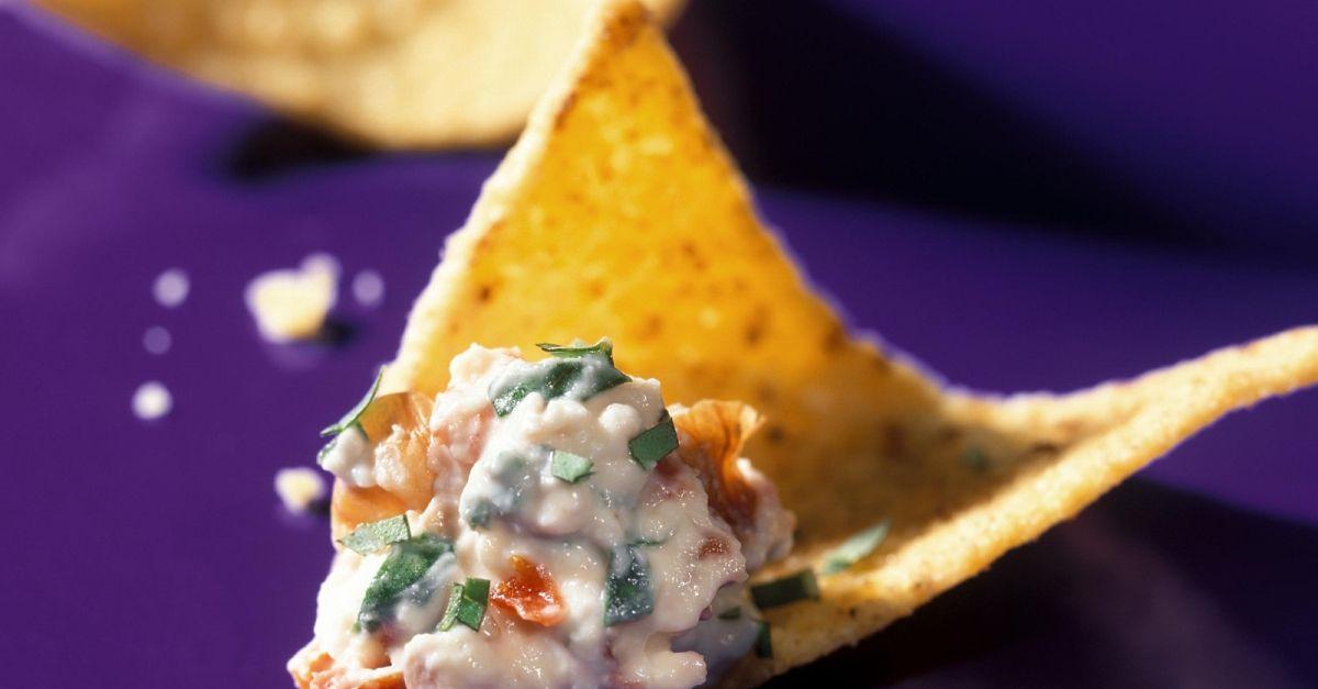 feta knoblauch dip mit nachos rezept eat smarter. Black Bedroom Furniture Sets. Home Design Ideas