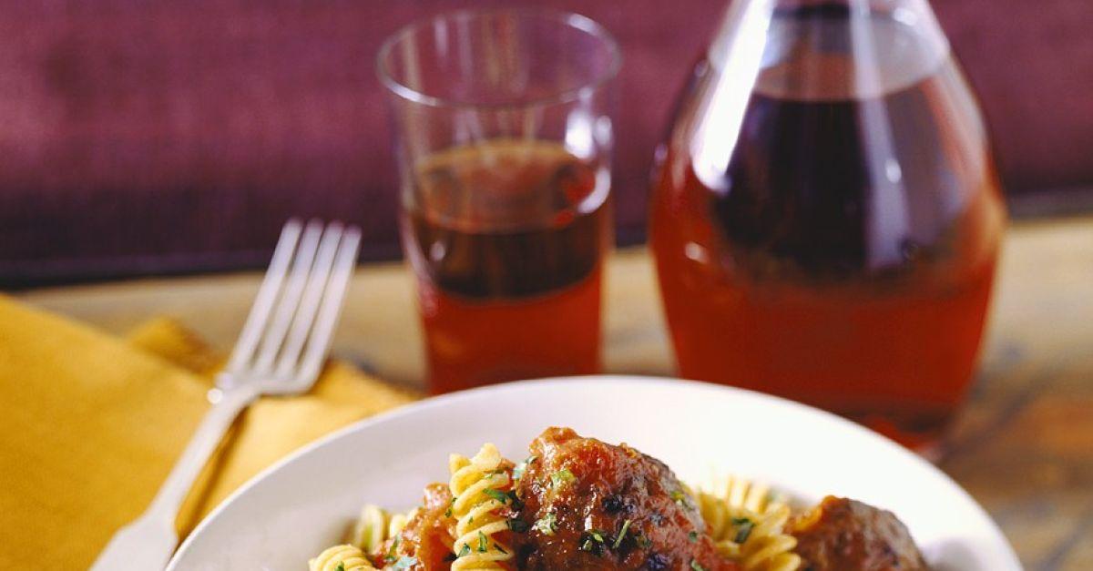 fleischb llchen in tomatensauce mit nudeln rezept eat smarter. Black Bedroom Furniture Sets. Home Design Ideas