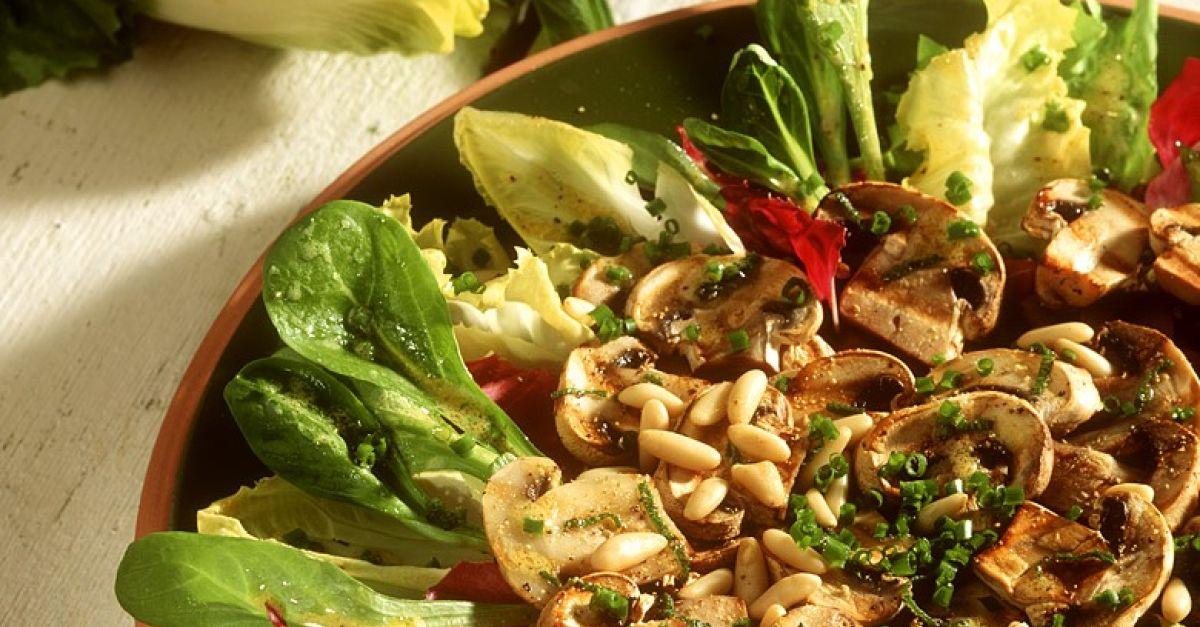 gebratene pilze auf blattsalaten rezept eat smarter. Black Bedroom Furniture Sets. Home Design Ideas