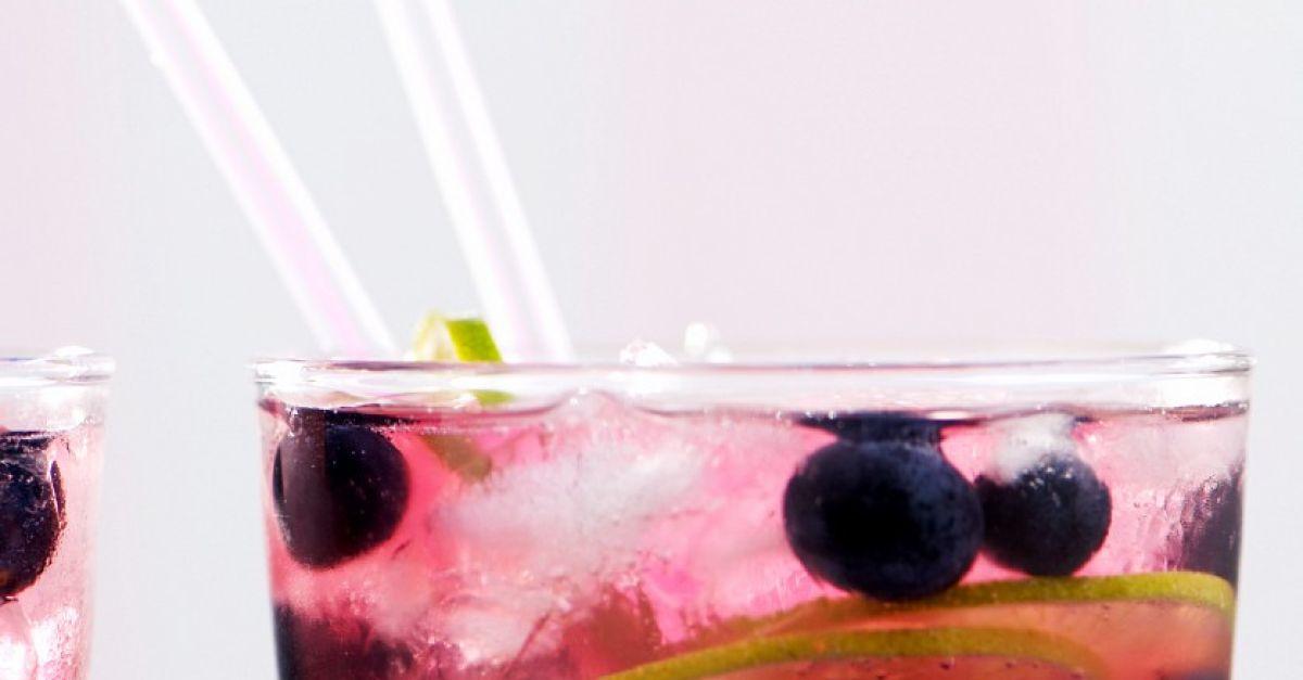 gin tonic mit fr chten rezept eat smarter. Black Bedroom Furniture Sets. Home Design Ideas