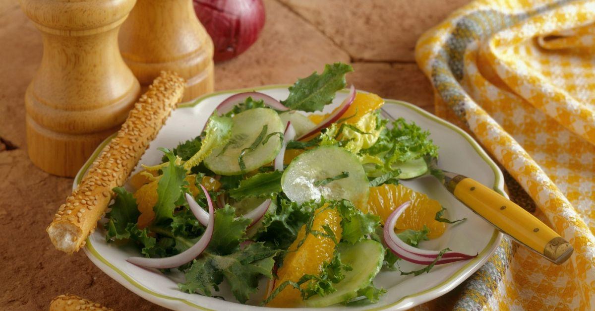 gr ner salat mit orangen zwiebeln und gurken rezept eat smarter. Black Bedroom Furniture Sets. Home Design Ideas