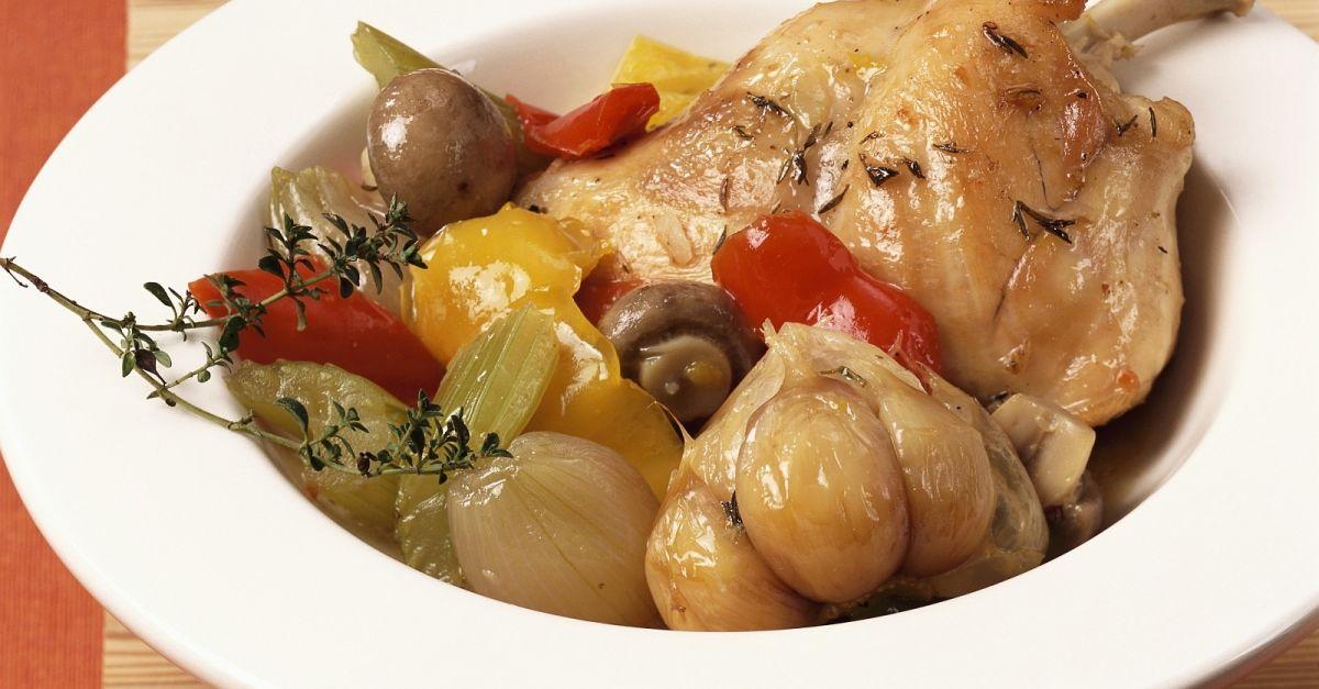 Huhn in Weinsauce nach französischer Art (Coq au vin) Rezept | EAT ...