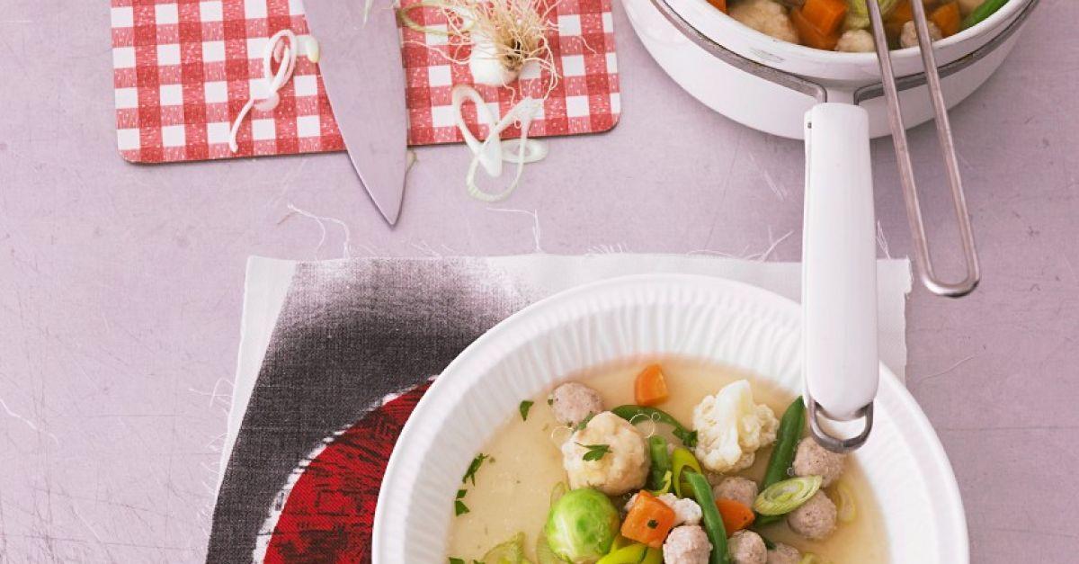 klare suppe mit gem se und zweierlei kl chen rezept eat smarter. Black Bedroom Furniture Sets. Home Design Ideas