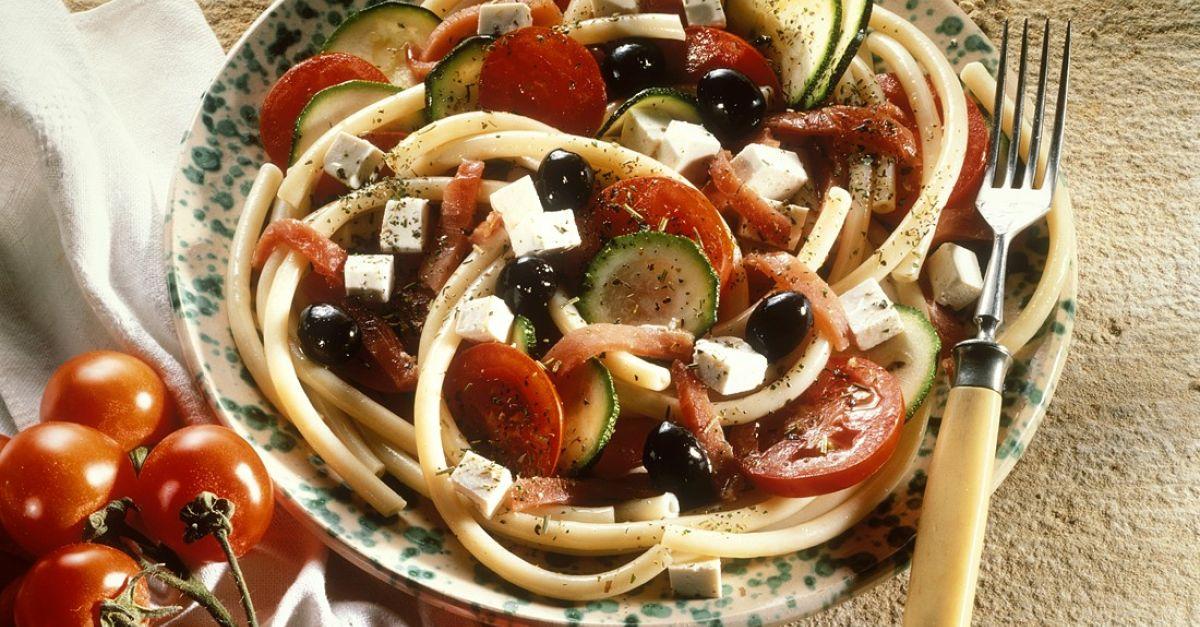 nudelsalat mit oliven schafsk se und tomaten rezept eat smarter. Black Bedroom Furniture Sets. Home Design Ideas