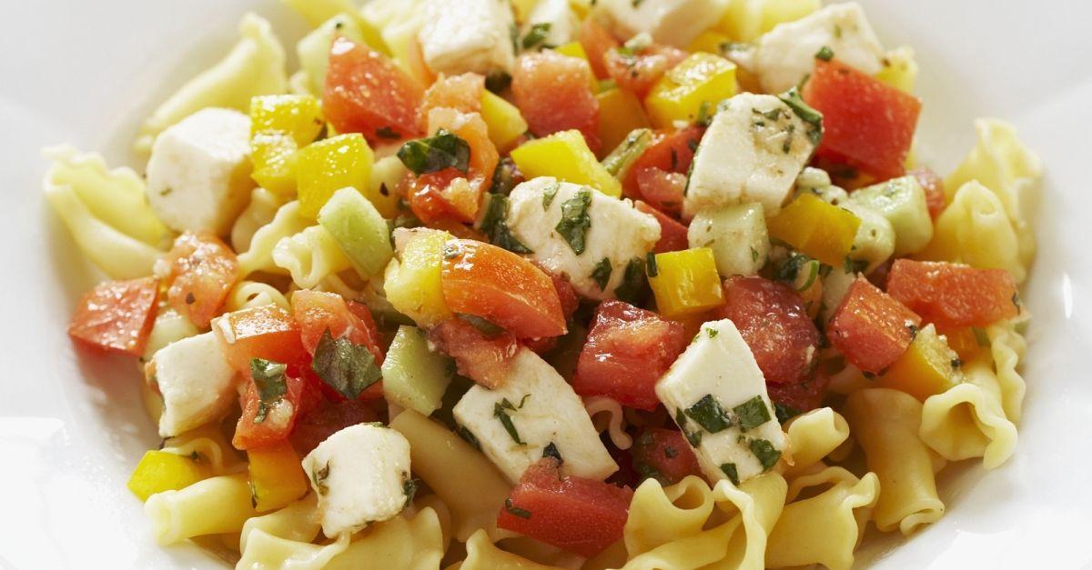 pasta mit paprika tomaten und schafsk se rezept eat smarter. Black Bedroom Furniture Sets. Home Design Ideas