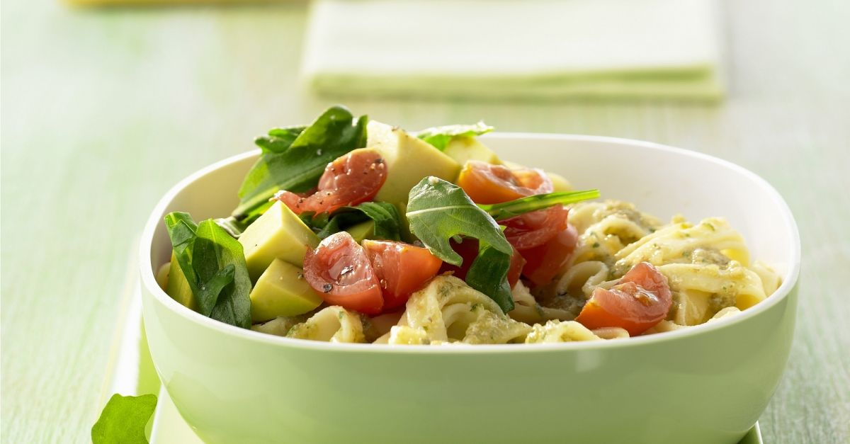 Pasta mit Walnuss-Pesto und Avocado