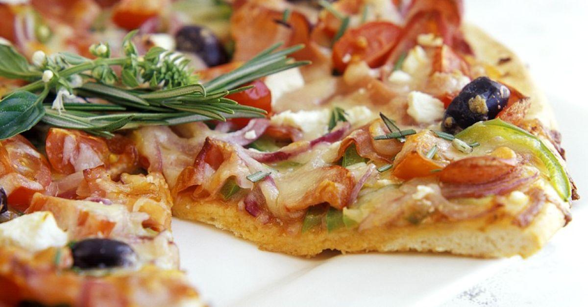 pizza mit schinken und paprika rezept eat smarter. Black Bedroom Furniture Sets. Home Design Ideas
