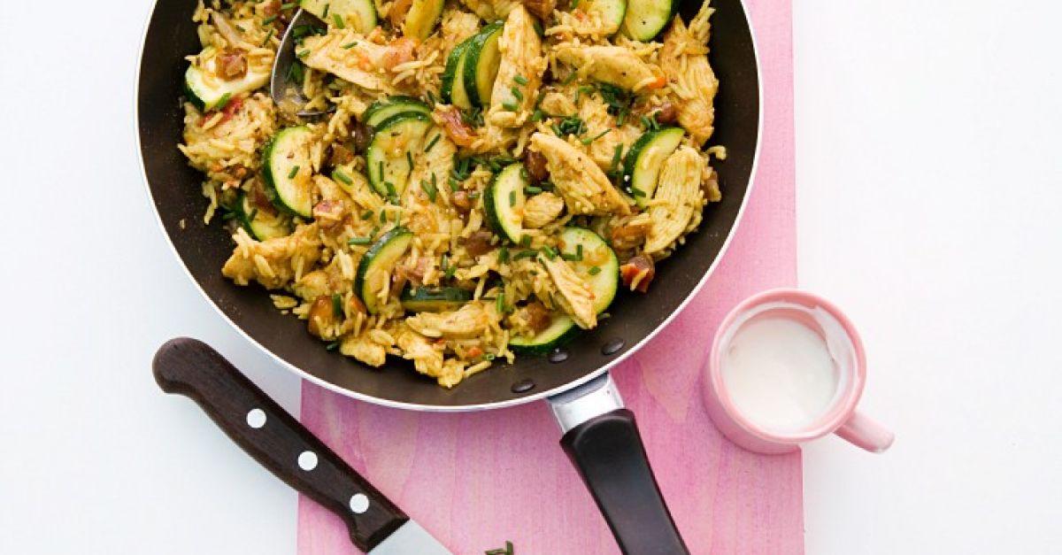 Reispfanne mit Huhn, Datteln und Zucchini Rezept | EAT SMARTER