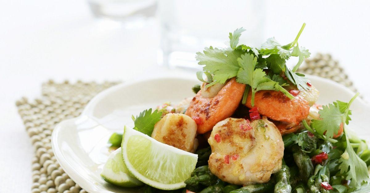 salat aus gr nem spargel mit jakobsmuscheln und koriander rezept eat smarter. Black Bedroom Furniture Sets. Home Design Ideas
