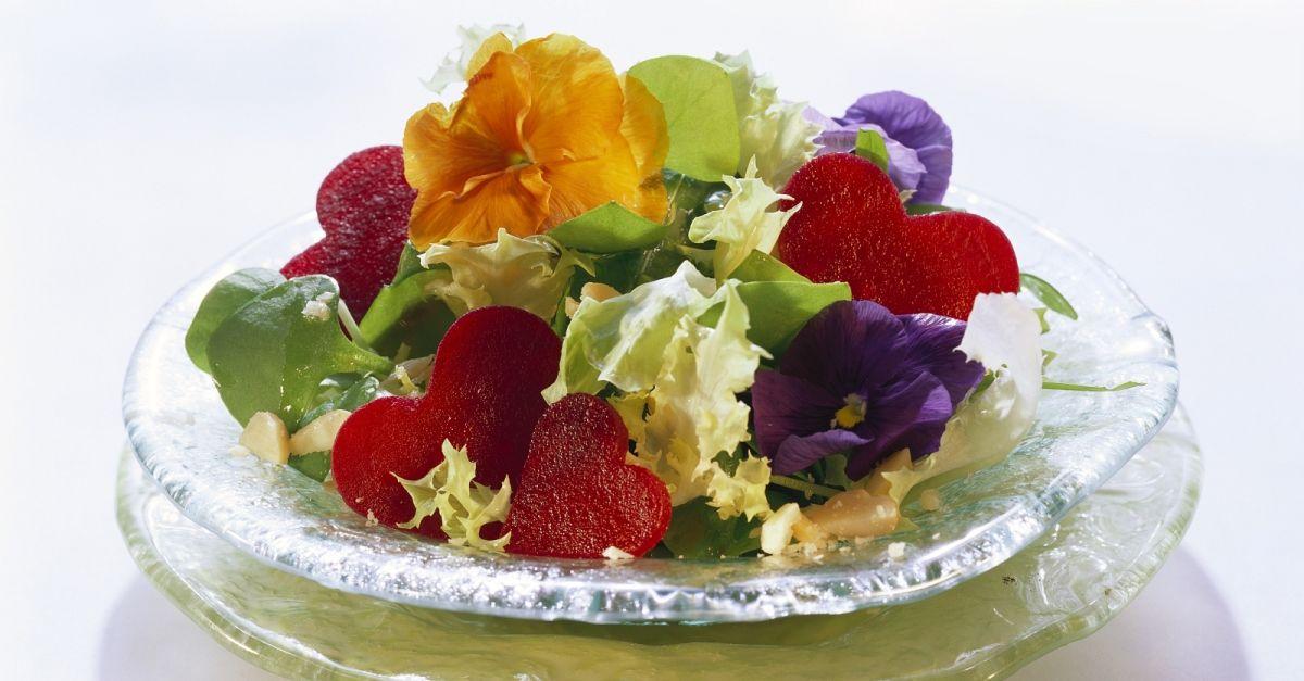 salat mit essbl ten und rote bete herzen rezept eat smarter. Black Bedroom Furniture Sets. Home Design Ideas