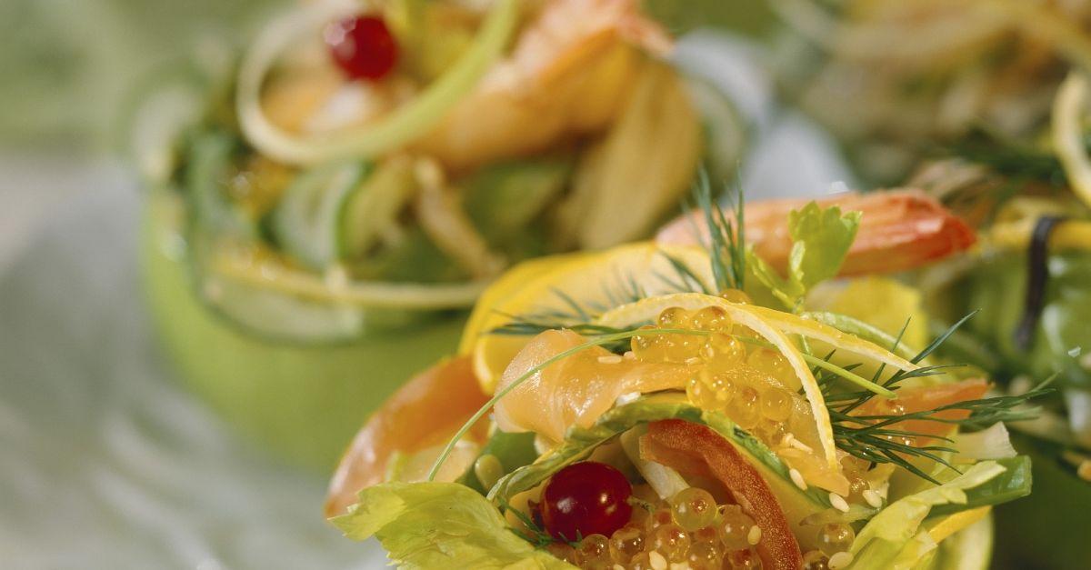 salat mit lachs und kaviar im halben apfel rezept eat smarter. Black Bedroom Furniture Sets. Home Design Ideas
