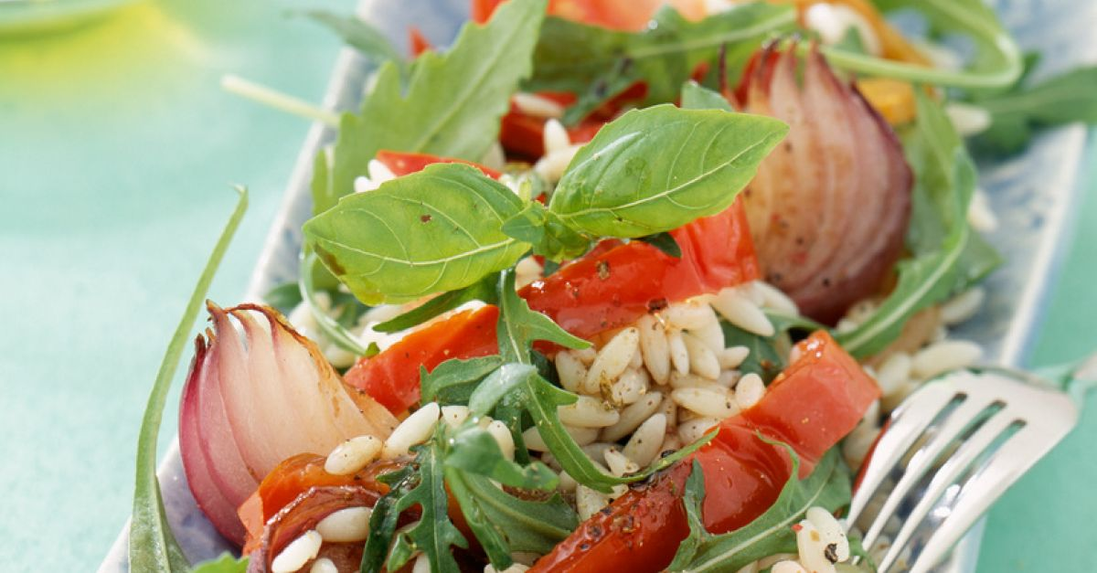 salat mit reis paprika zwiebeln und basilikum rezept eat smarter. Black Bedroom Furniture Sets. Home Design Ideas