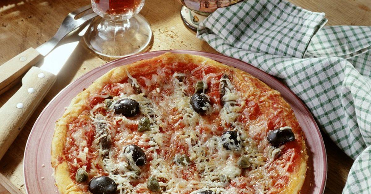 Sardellen-Pizza mit Oliven Rezept | EAT SMARTER