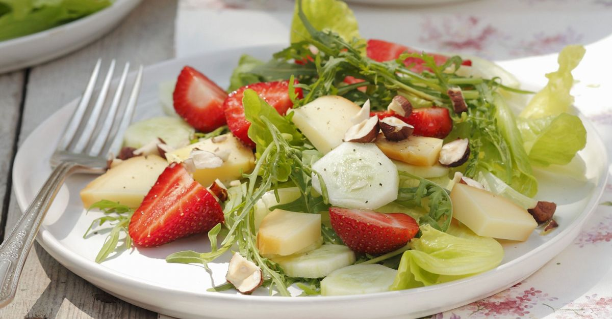 sommerlicher salat mit erdbeeren gurken n ssen und. Black Bedroom Furniture Sets. Home Design Ideas