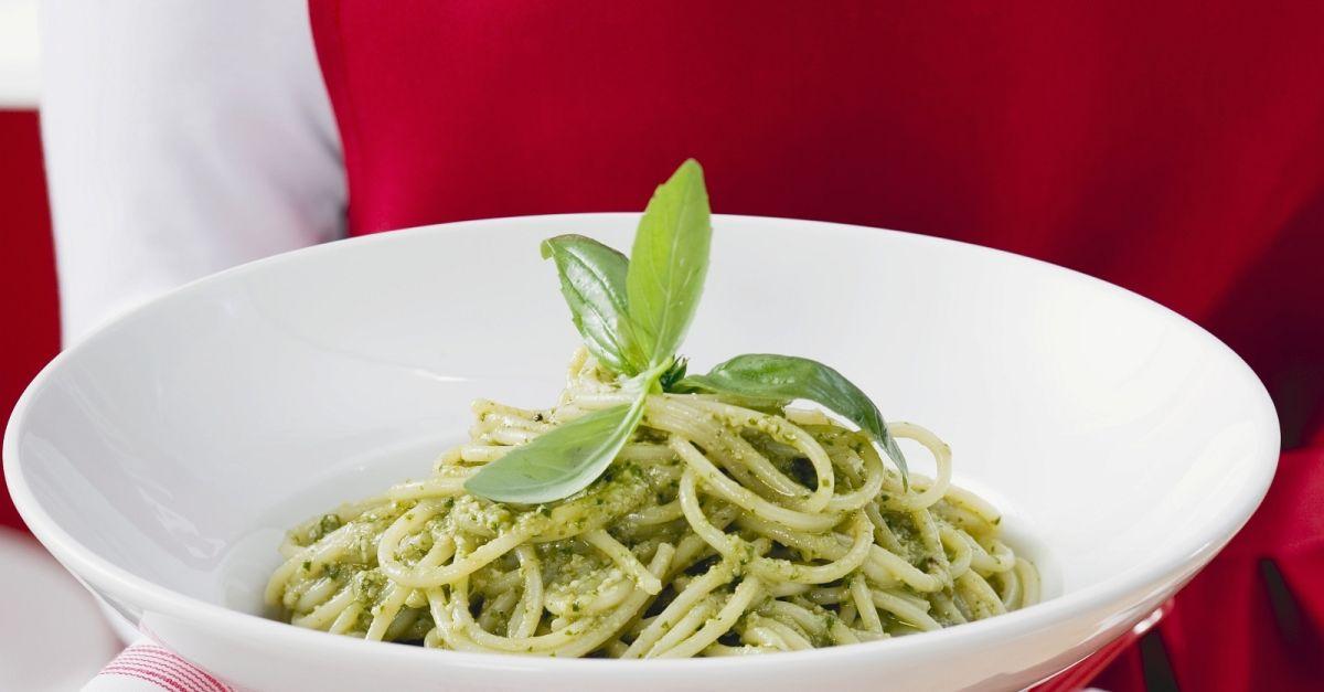 spaghetti mit gr nem pesto rezept eat smarter. Black Bedroom Furniture Sets. Home Design Ideas