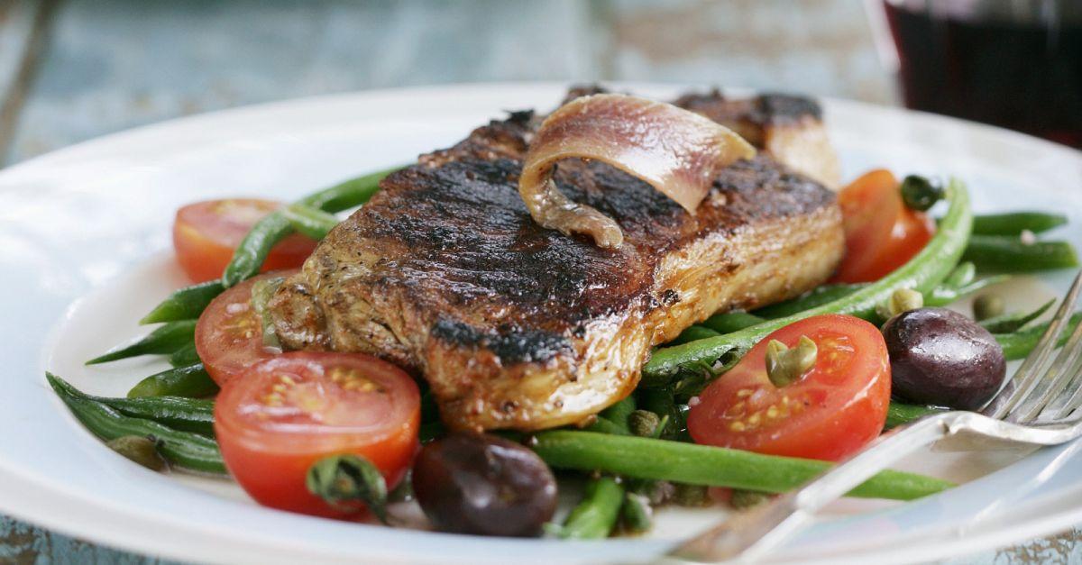 steak vom rind mit sardellen gr nen bohnen oliven und tomaten rezept eat smarter. Black Bedroom Furniture Sets. Home Design Ideas