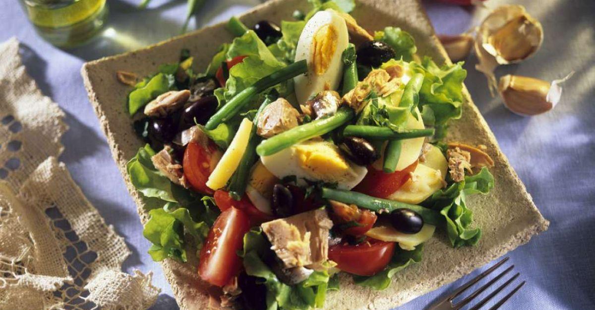 thunfisch bohnen salat mit kartoffeln oliven und ei rezept eat smarter. Black Bedroom Furniture Sets. Home Design Ideas