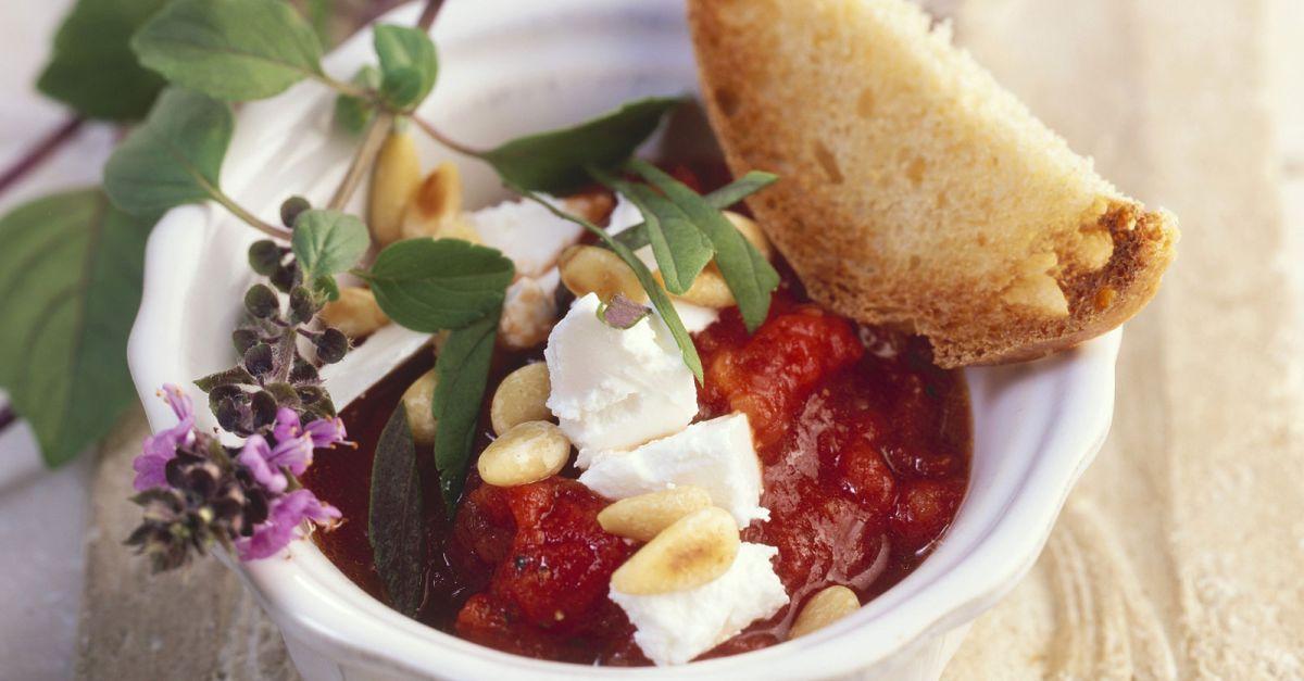 tomatenso e mit basilikum pinienkernen und ziegenk se rezept eat smarter. Black Bedroom Furniture Sets. Home Design Ideas