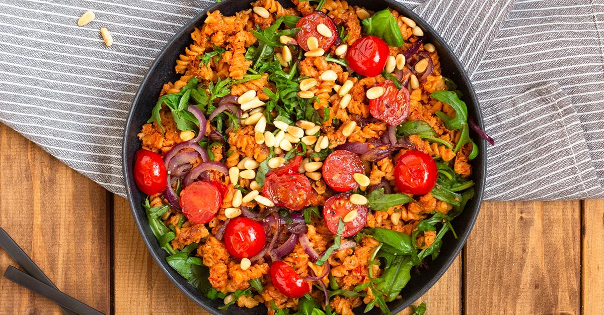 Vegane Linsen-Pasta mit Pesto rosso und Rucola