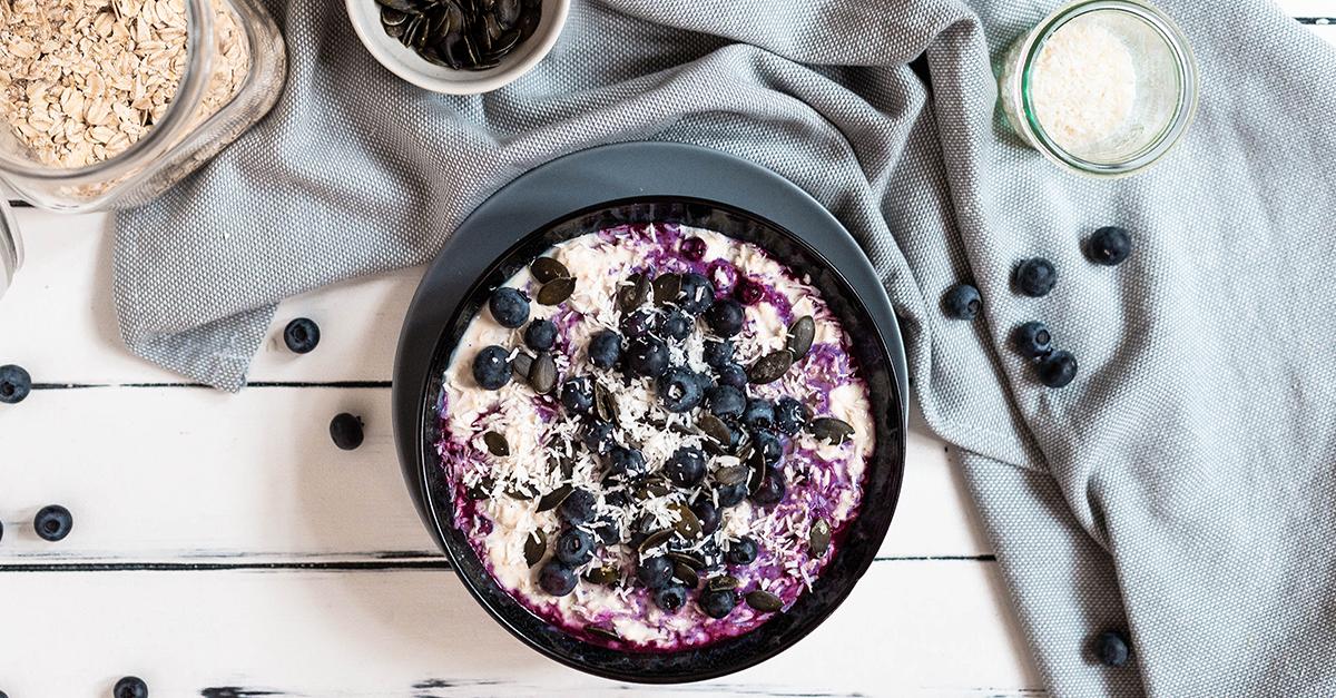 Vegane Overnight-Oats mit Heidelbeeren und Kokos