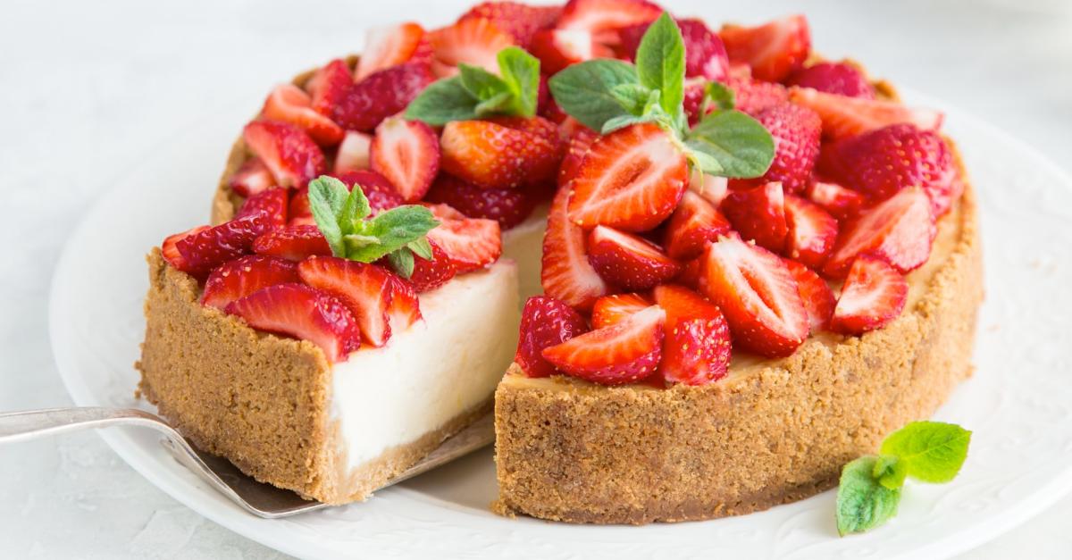 Veganer Erdbeer-Cheesecake mit Knusperboden