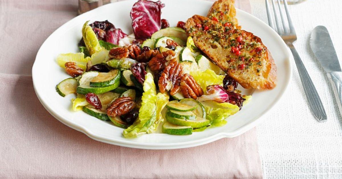 warmer salat mit radicchio zucchin und n ssen rezept eat smarter. Black Bedroom Furniture Sets. Home Design Ideas