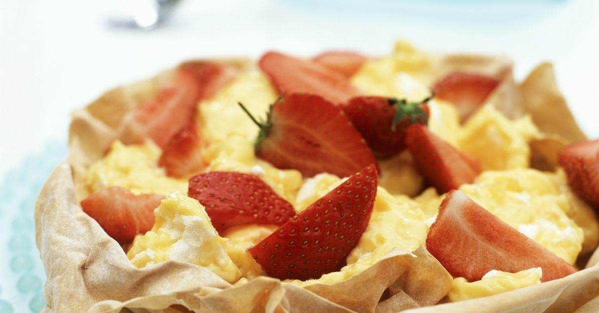 zitronenbaiser mit erdbeeren in filoteigsch lchen rezept eat smarter. Black Bedroom Furniture Sets. Home Design Ideas