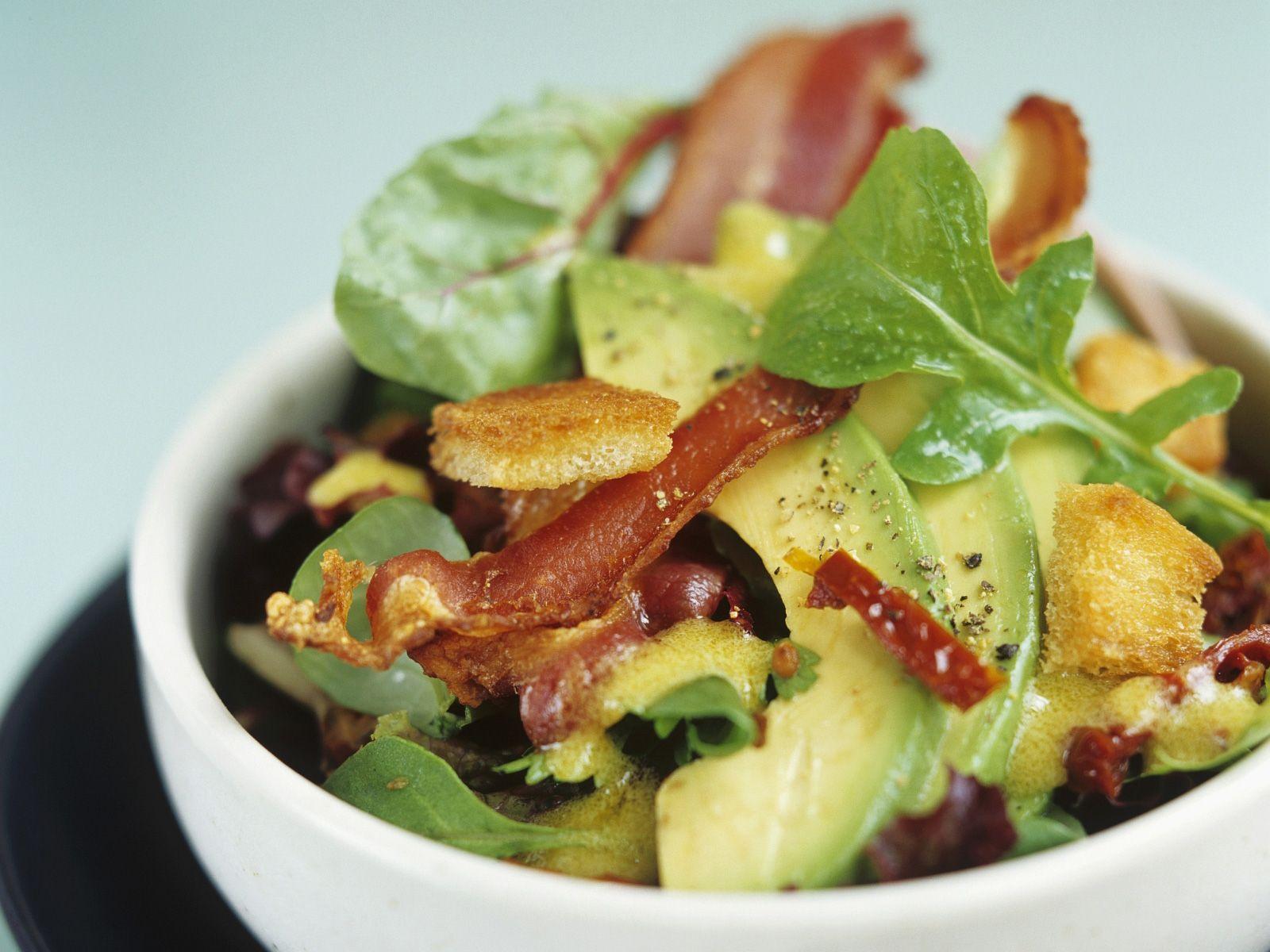 Salat mit avocado und speck