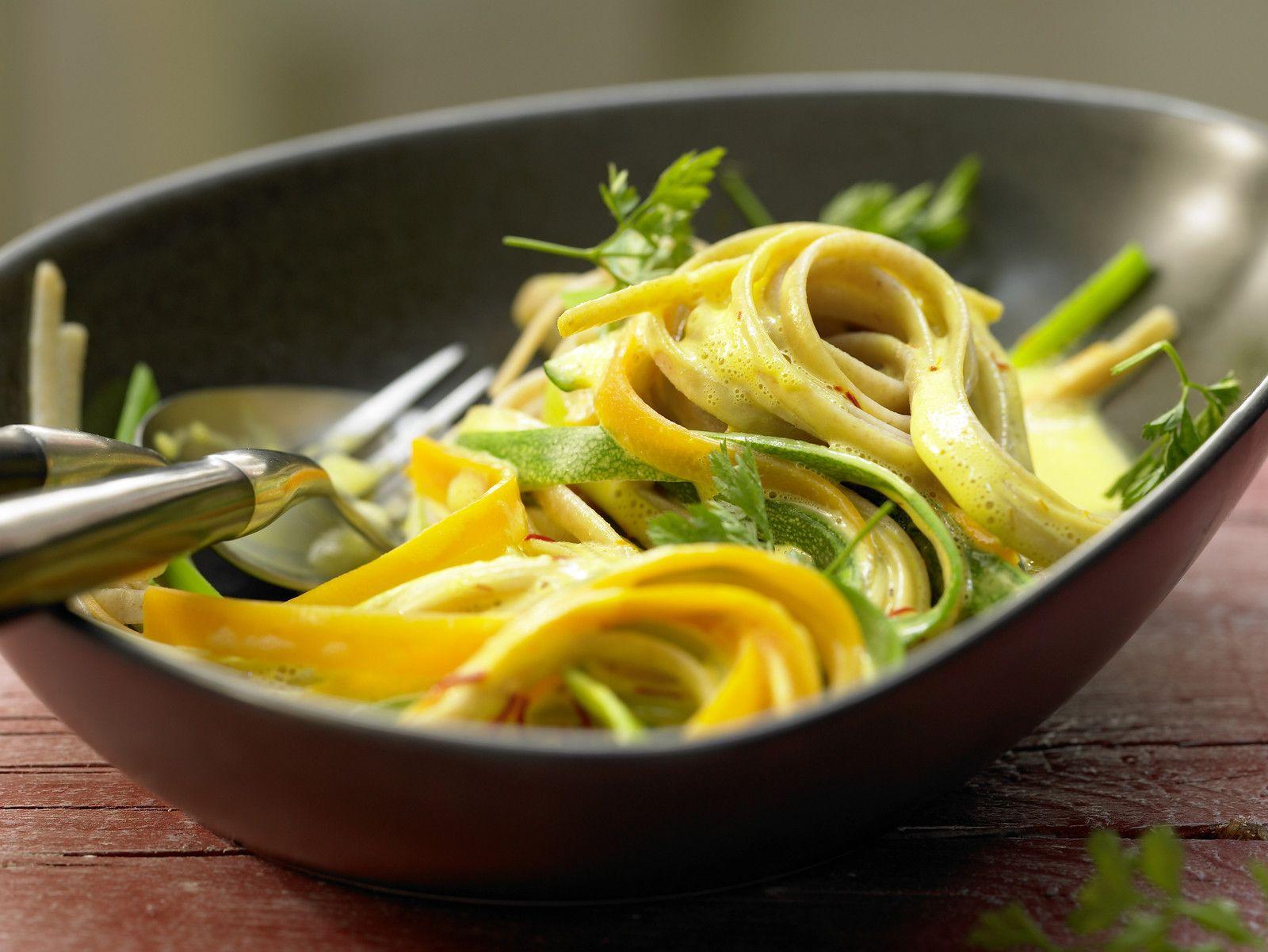 Bunte Gemüsenudeln Rezept | EAT SMARTER
