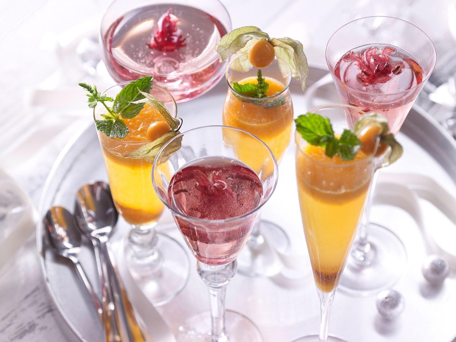 Fruchtige Sekt-Cocktails mit Physalis-Püree und Hibiskusblüten ...