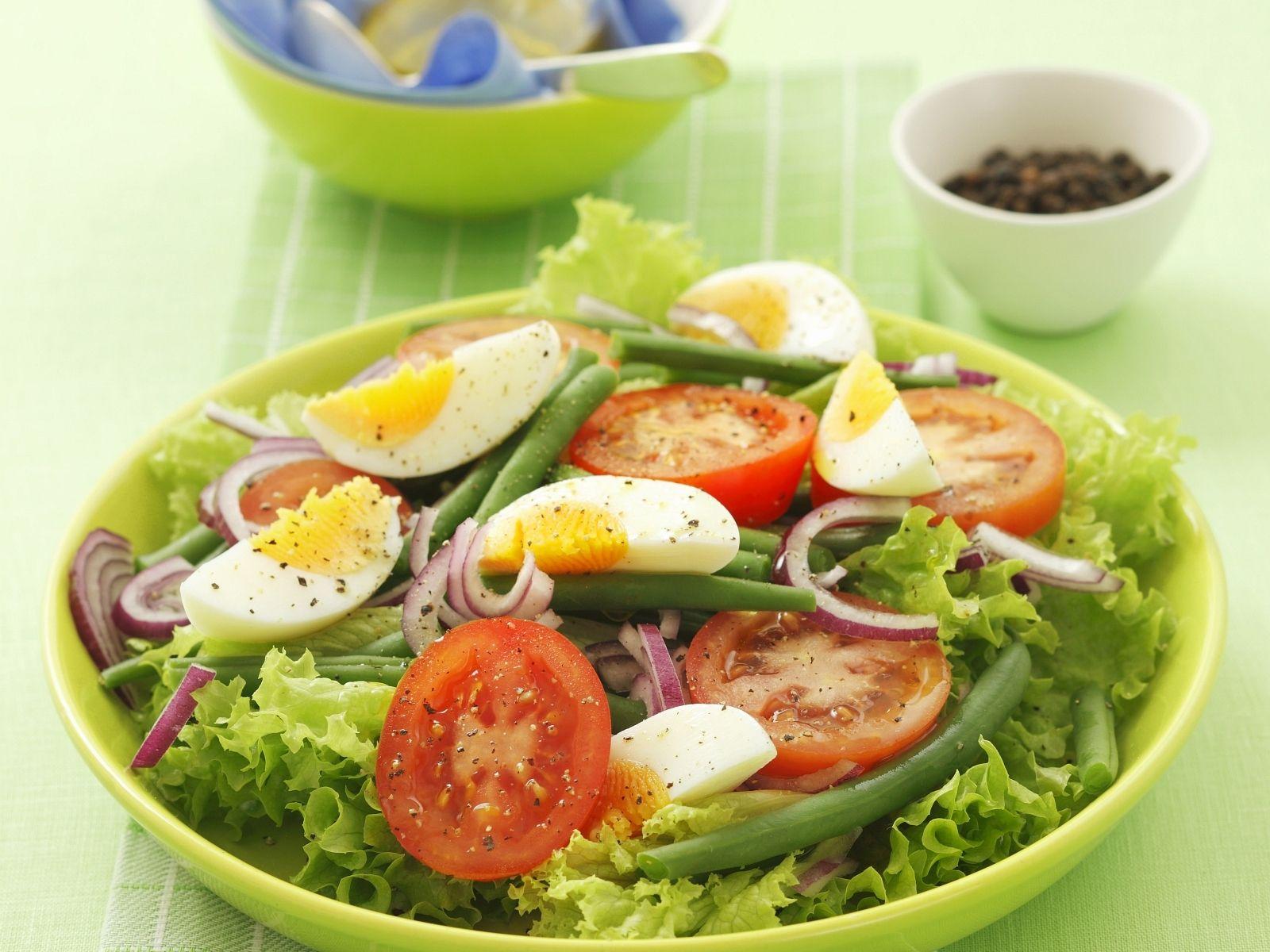 Grüner Salat mit Bohnen, Ei, Tomaten und Zwiebeln Rezept   EAT SMARTER