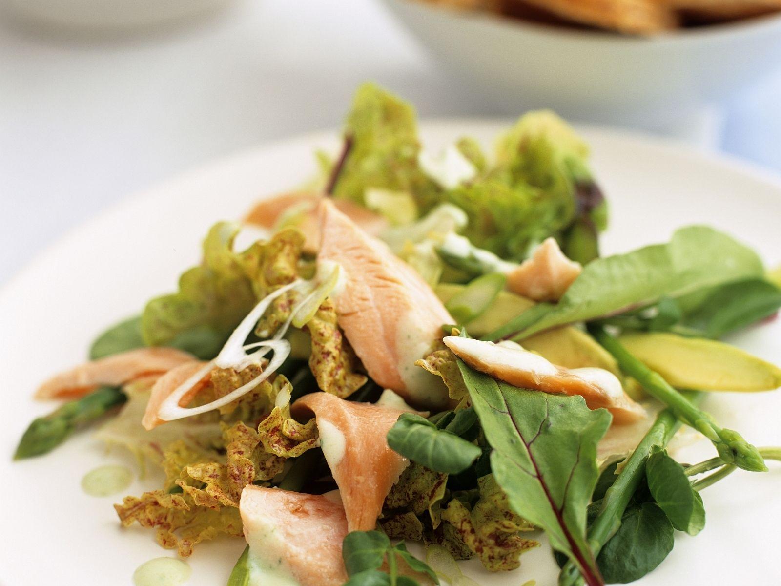 Salat mit avocado und lachs