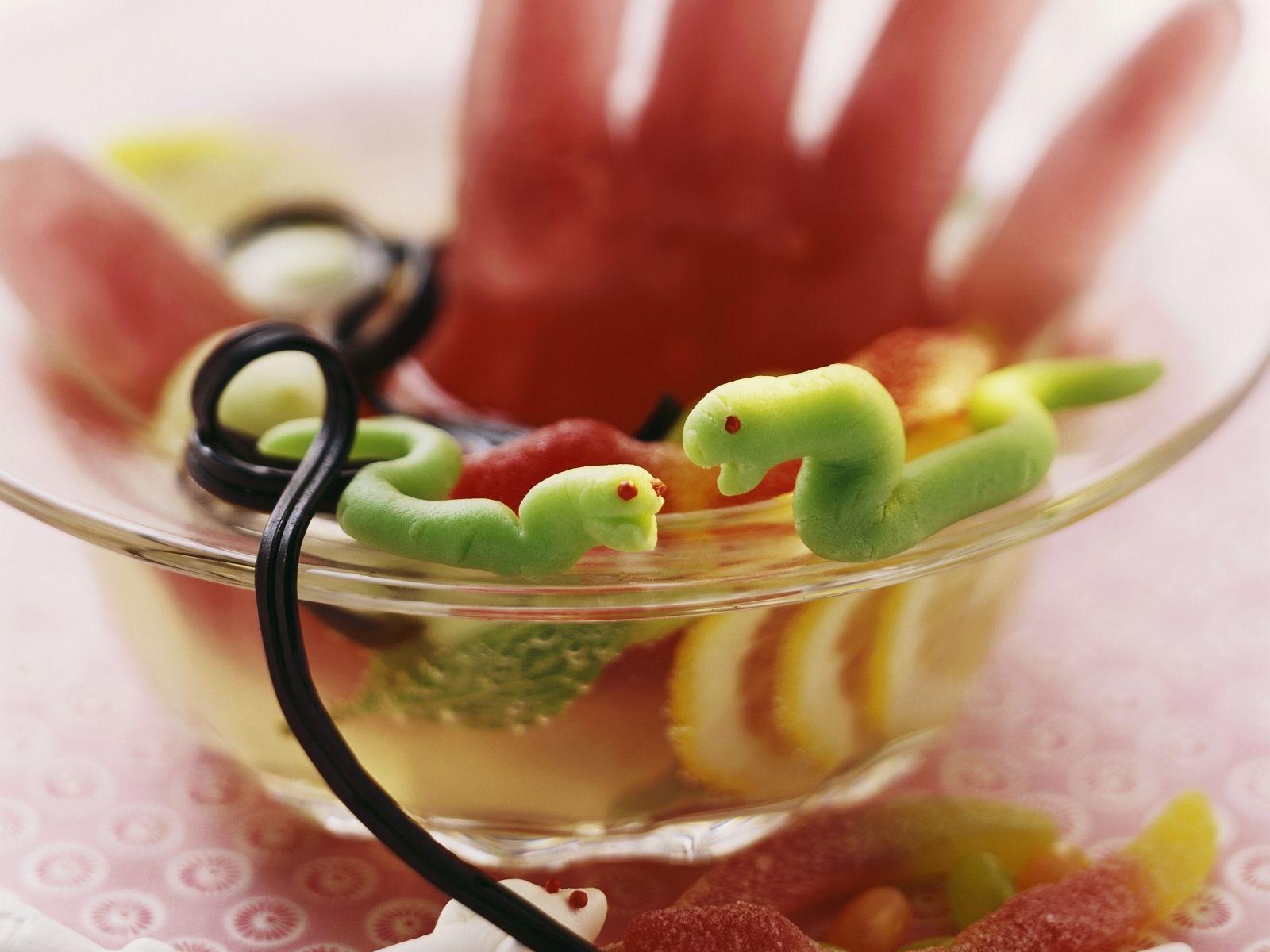 Halloween-Bowle mit Marzipanschlangen Rezept | EAT SMARTER