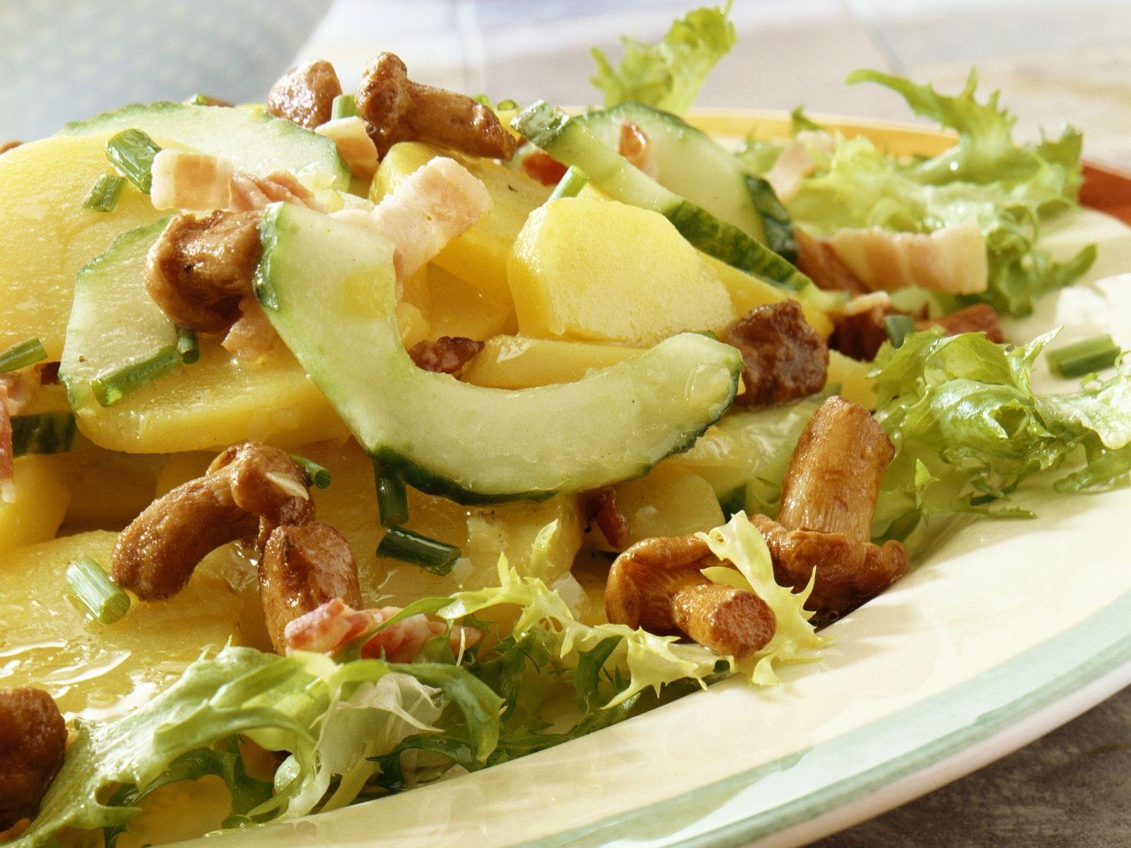 Salat mit kartoffeln und speck