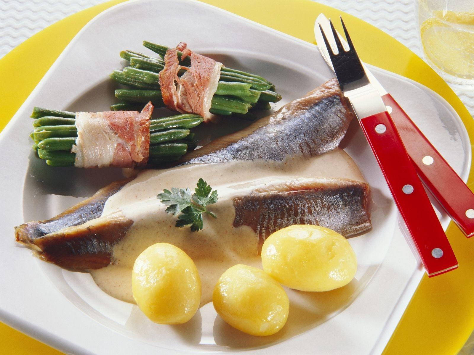 Matjesfilet Mit Kartoffeln Sahnesoße Und Bohnen Im Speckmantel