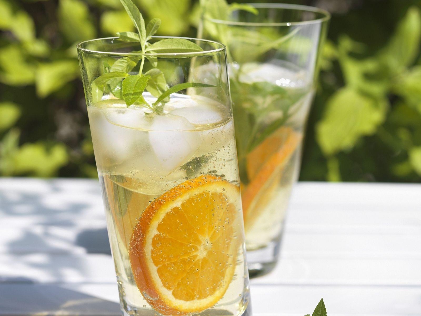Orangen-Drinks mit Zitronenverbene Rezept | EAT SMARTER