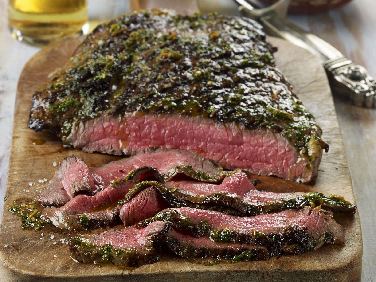 Rindersteak vom Grill mit argentinischer Soße (Chimichurri)