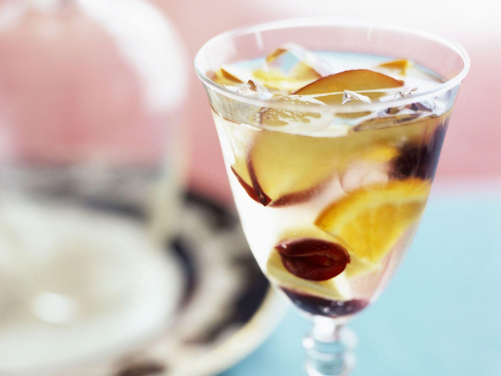 Sangria aus Weißwein und Obst Rezept | EAT SMARTER