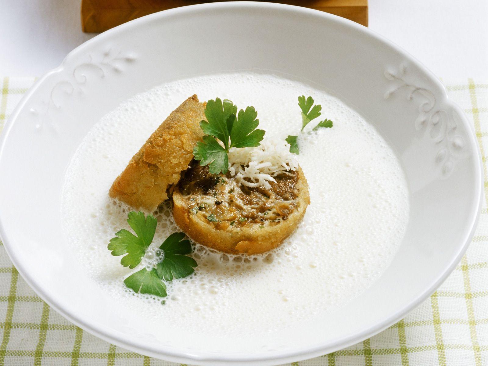 Schaumige Meerrettichsuppe mit Ochsenschwanzeinlage Rezept | EAT SMARTER