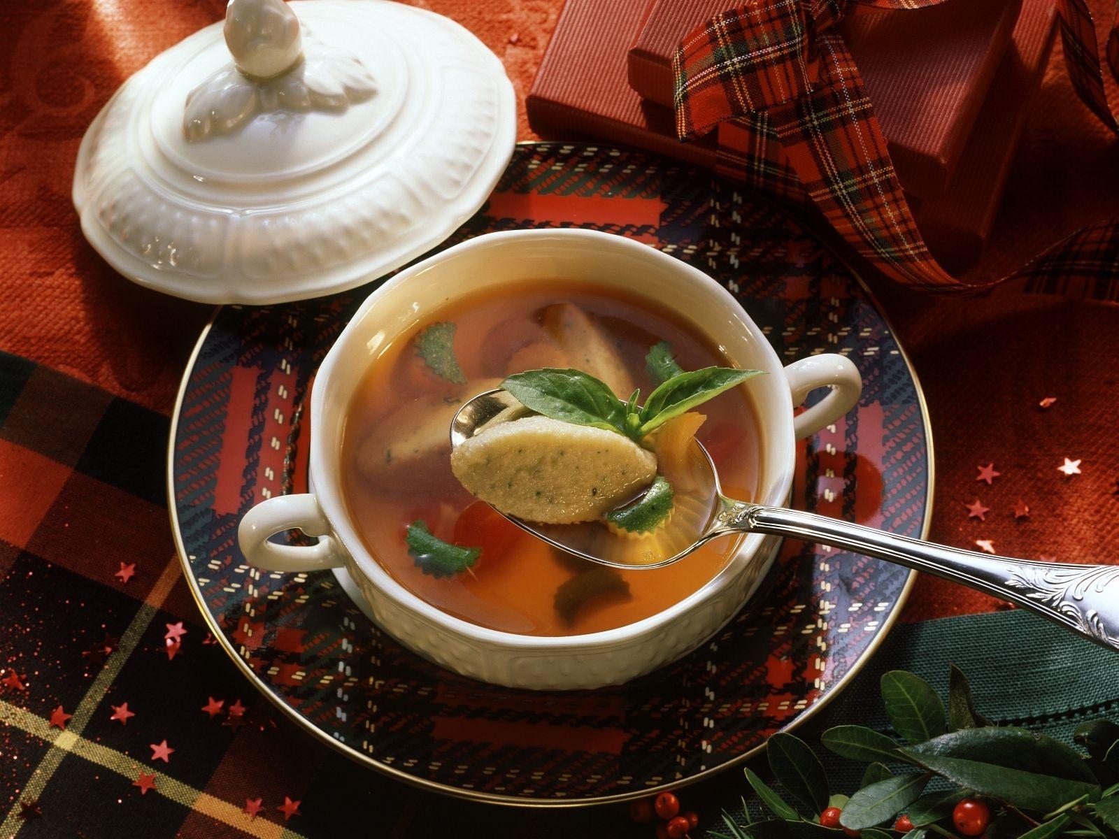 Tomatenbrühe mit Basilikumnockerl Rezept   EAT SMARTER