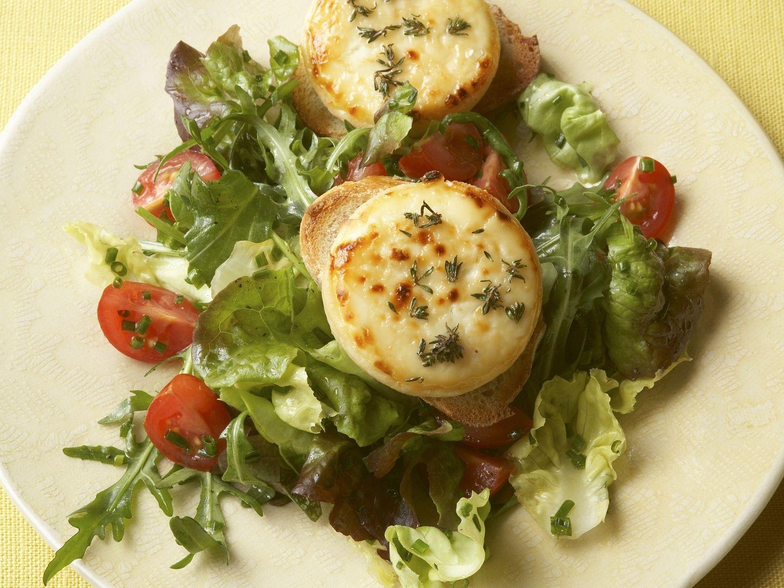 Überbackener Ziegenkäse mit Röstbrot und Salat Rezept | EAT SMARTER