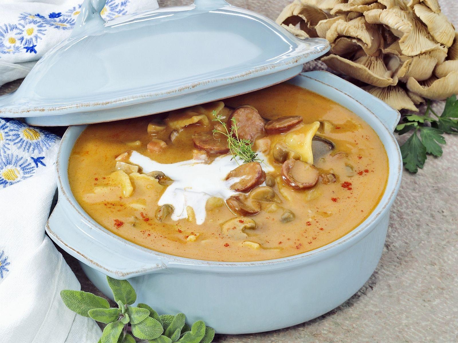 Ungarische Küche | Ungarische Suppe Mit Wurstchen Pilzen Und Saurer Sahne Rezept Eat