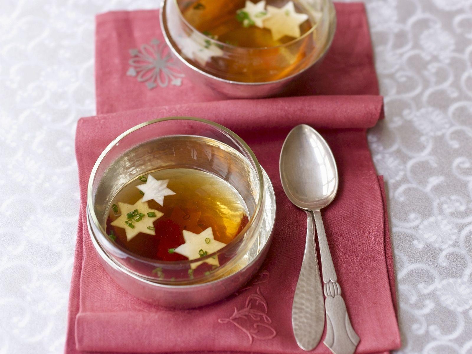 Weihnachtssuppe mit Gemüsesternen Rezept | EAT SMARTER