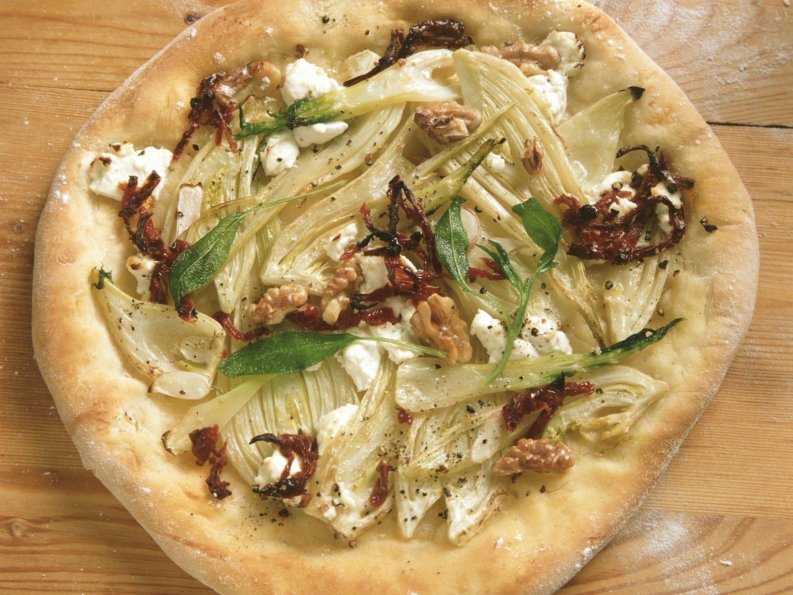Ziegenkäse Pizza Mit Fenchel Walnüssen Und Getrockneten Tomaten