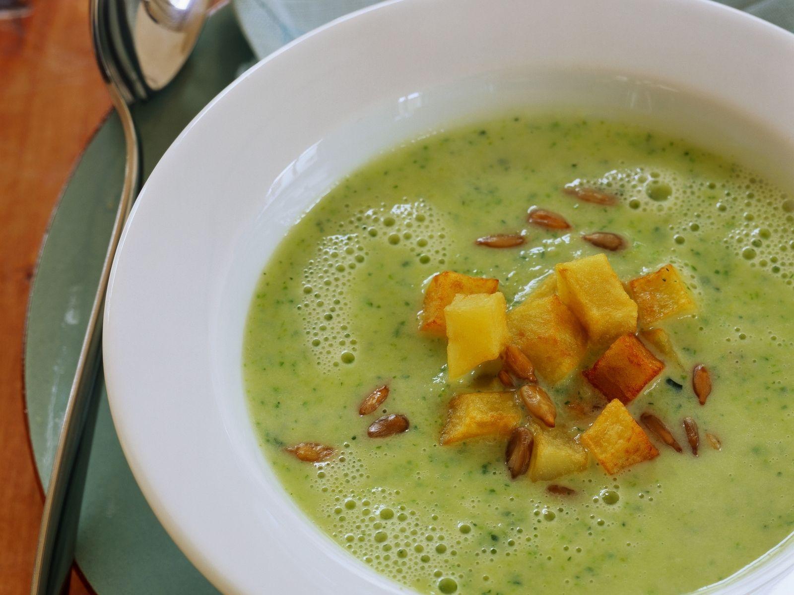 zucchinisuppe mit knusprigen kartoffelwürfeln rezept eat