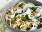 Asiatische Suppe mit Nudeln, Hühnchen, Shrimps und Erdnüssen Rezept